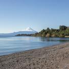Playa sobre el lago Llanquihue con vistas al Volcán Osorno